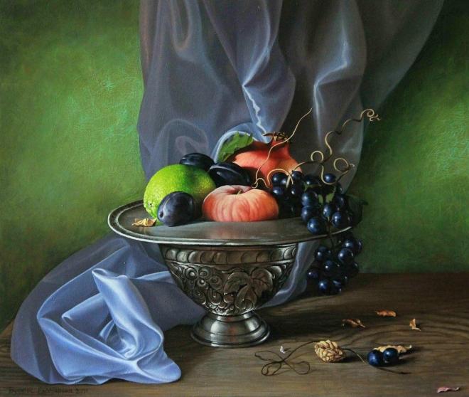 Натюрморт с фруктами и атласной драпировкой
